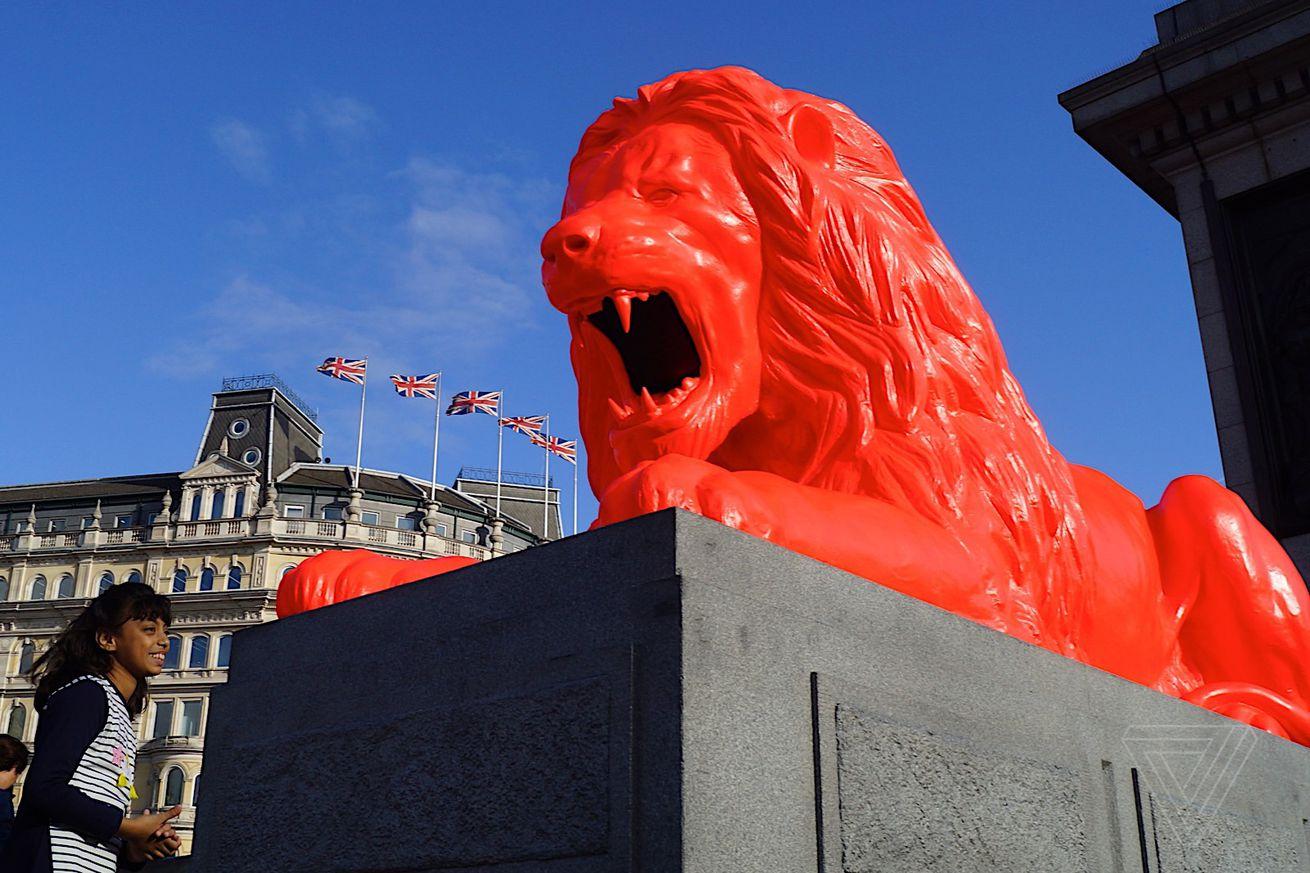 Hay un león en la Plaza Trafalgar de Londres que come palabras y ruge la poesía generada por la IA