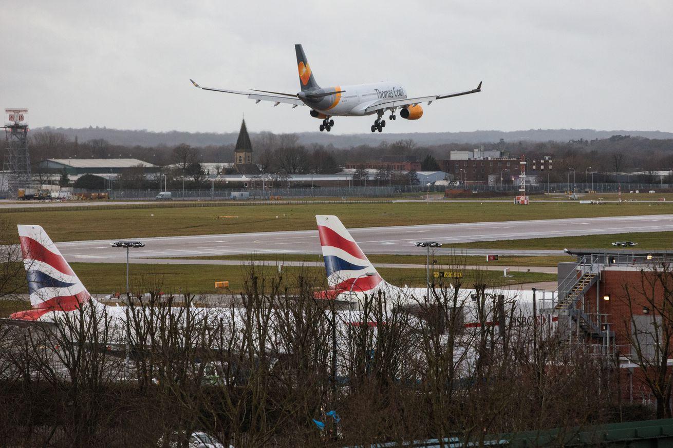 La policía del Reino Unido libera a dos después de los arrestos tras el cierre del aeropuerto de Gatwick.